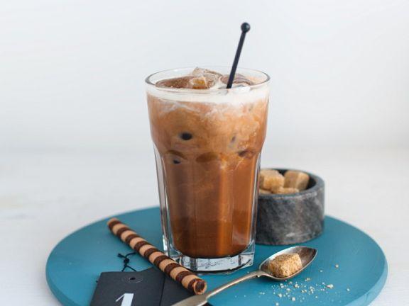 Eiskaffee mit Nusssirup