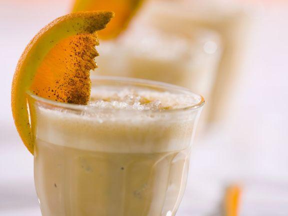 Eiskaffee mit Zimtsirup und Orange