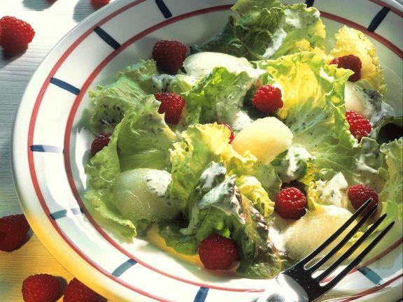 Eissalat mit Früchten und Kräuterdressing