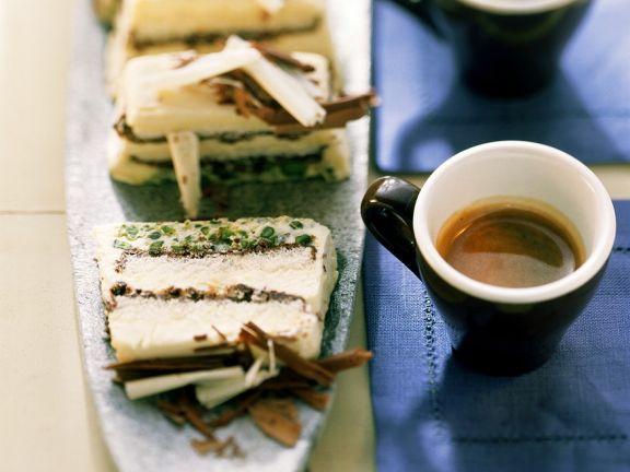 Eistorte mit Kaffee, Schokolade und Pistazien
