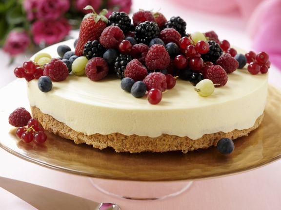 Eistorte mit weißer Schokolade und Beeren