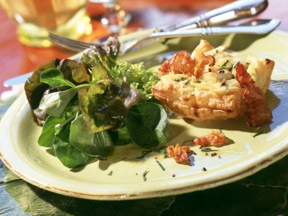 Elsässische Blätterteigkissen mit Zwiebelfüllung und Blattsalat