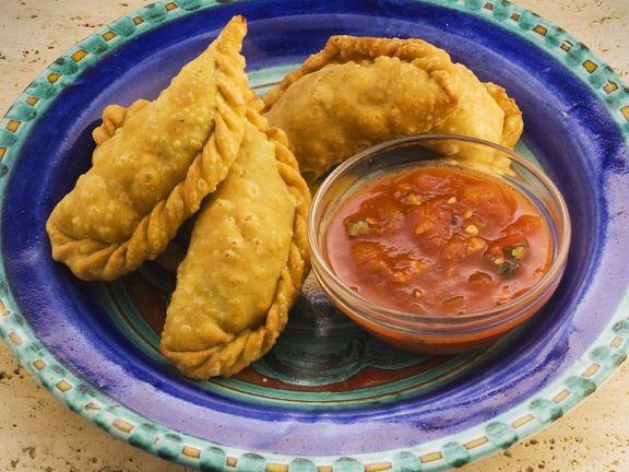 Empanadas mit Hackfüllung und Salsa