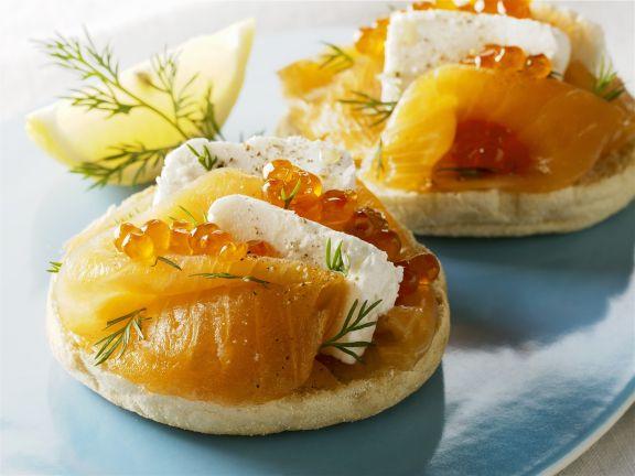 Englische Muffins mit geräuchertem Lachs, Frischkäse und Kaviar