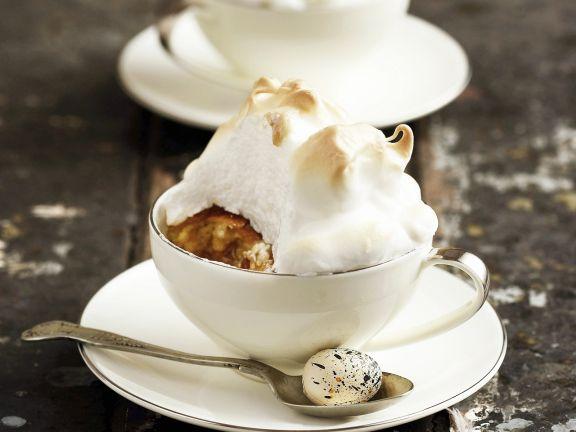 Englischer Pudding mit Rosinen und Baiser