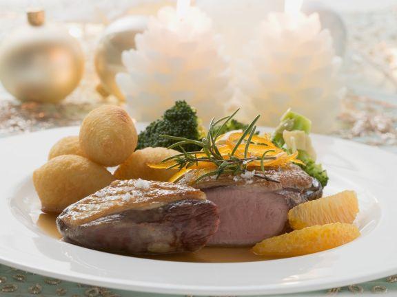Ente mit Kartoffelkroketten, Brokkoligemüse und Orangen