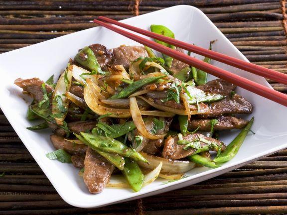 Enten-Wok mit Zwiebeln und Zuckerschoten