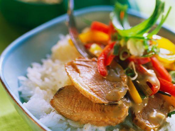 Entenbrust mit Gemüse und Erdnusssauce