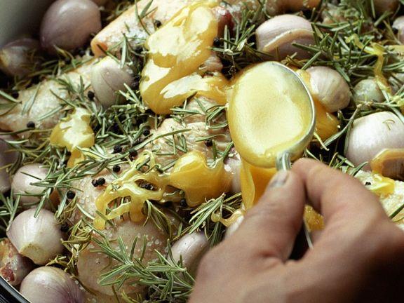 Entenconfis mit Schalotten zubereiten: mit Honig marinieren