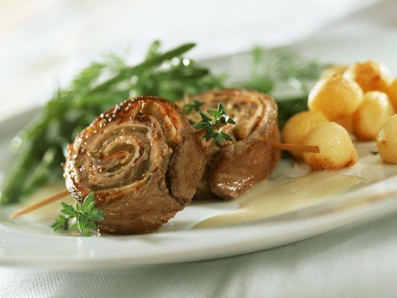 Entrecote-Röllchen mit Bohnen, Kartoffeln und Senfsoße