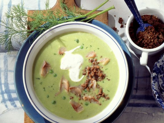 Erbsensuppe mit Matjes und Pumpernickel-Bröseln
