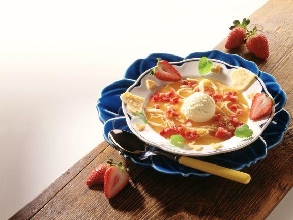Erdbeer-Kaltschale mit Pfannkuchenstreifen