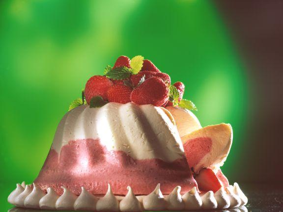 Erdbeer-Sahne-Gugelhupf auf Baiserboden