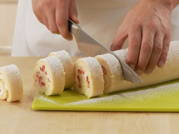 Erdbeer-Sahne-Roulade herstellen