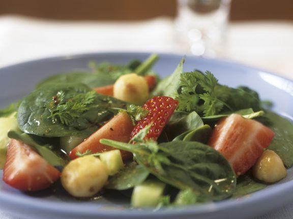 Erdbeer-Spinat-Salat mit Macadamianüssen
