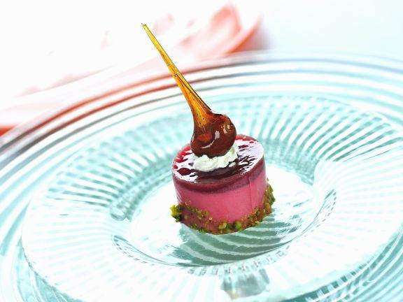 Erdbeercreme mit Karamell und Pistazien