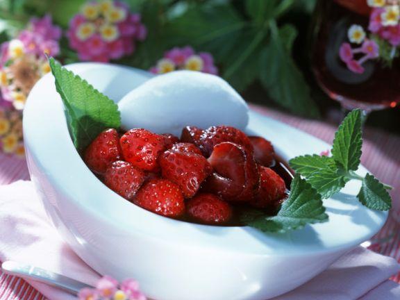 Erdbeeren im Rotweinsud mit Ziegenkäsenocke