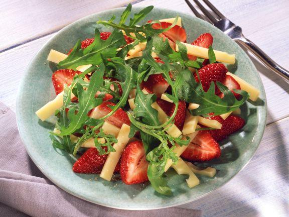Erdbeersalat mit Rucola und Emmentaler