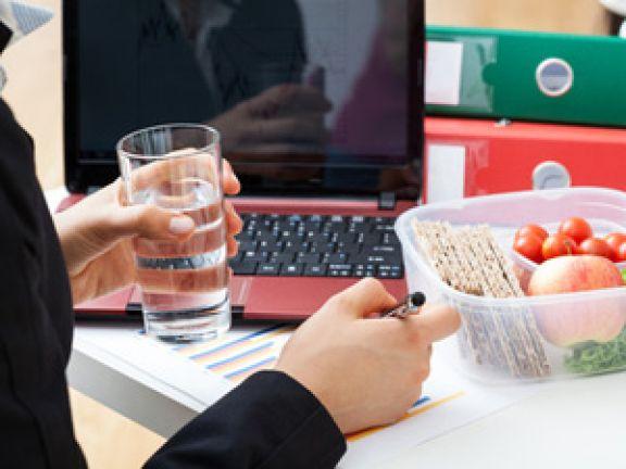 8e891635cd Essen am Arbeitsplatz. Essen am Arbeitsplatz. Sich am Arbeitsplatz gesund  zu ernähren, ist gar nicht so einfach.