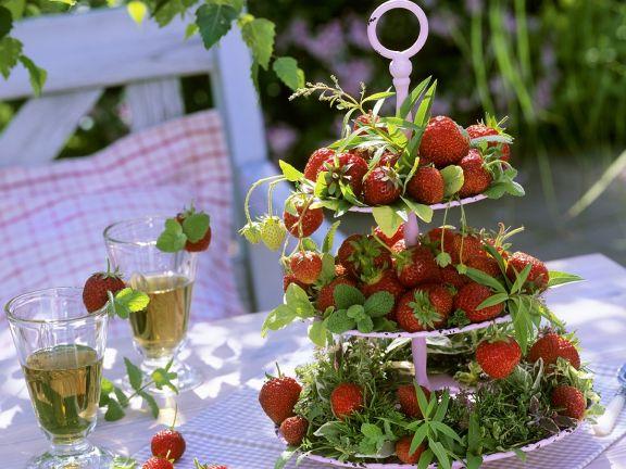 Etagere mit Erdbeeren und Kräutern