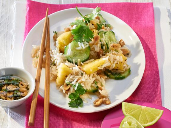 Asia-Reissalat mit Ananas und Erdnuss-Limetten-Dressing