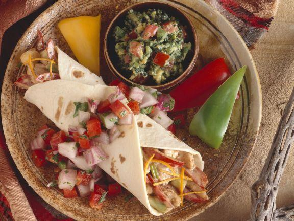 Fajita mit Hähnchen, Guacamole und Salsa
