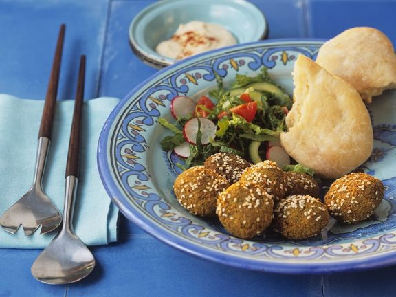 Falafel mit Sesam, dazu Salat und Fladenbrot