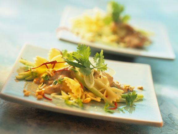 Farfalle-Salat mit Erdnuss-Dressing