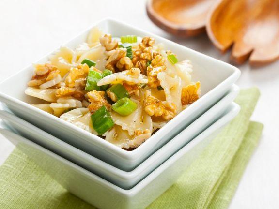 Farfalle-Salat mit Nüssen