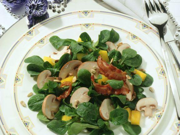 Feldsalat mit Champignons und knusprigem Speck