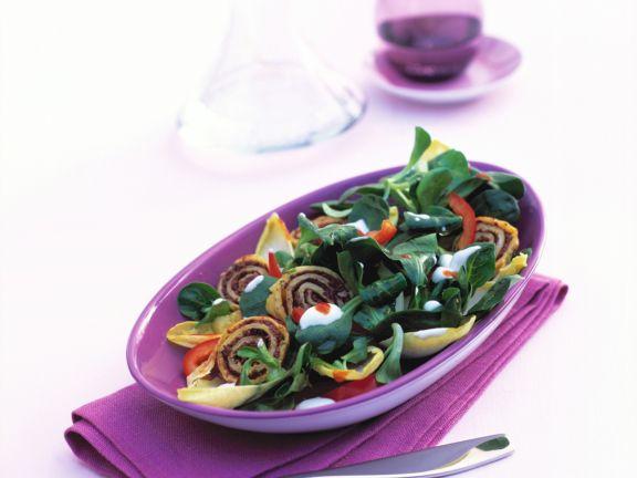 Feldsalat mit Oliven-Crêpes und Joghurtsauce