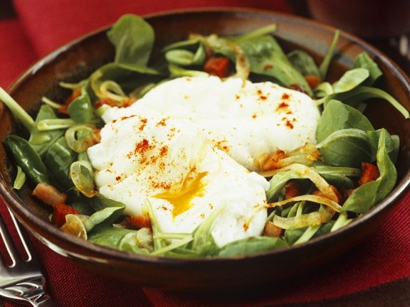 Feldsalat mit pochiertem Ei