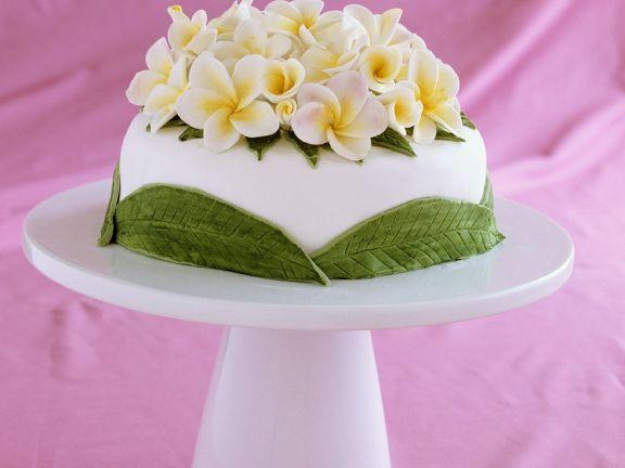 Festliche Torte mit Blütenverzierung