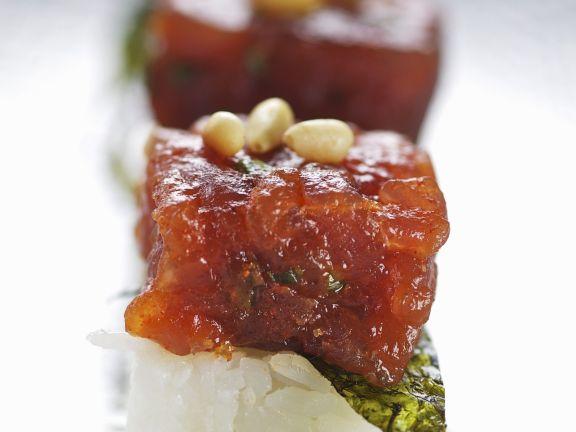 Feuriger Thunfisch mit Nori auf Sushireis