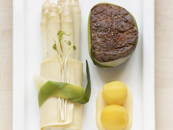 Filetsteak mit Spargel und Safrankartoffeln