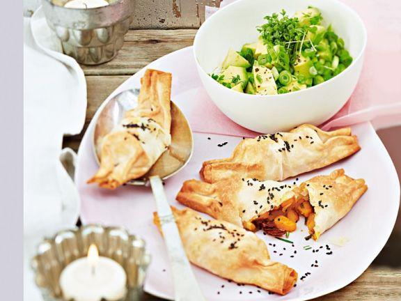 Filo-Süßkartoffel-Täschchen und Avocadosalat