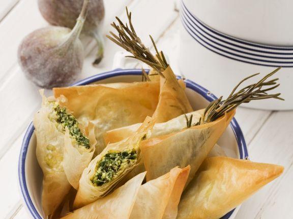 Filoteigtaschen mit zweierlei Füllung (Spinat-Feta oder Feige-Walnuss)
