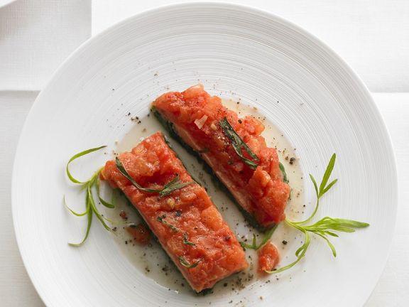 Fisch auf Blattspinat mit Tomaten