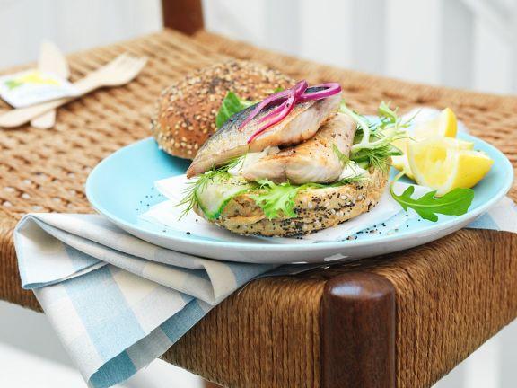 Fisch-Burger mit Salat