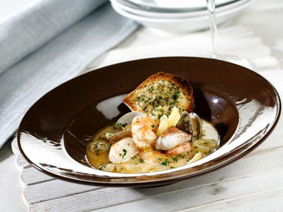 Fisch-Garnelen-Suppe mit Muscheln