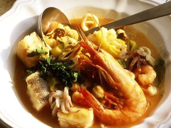 Fisch-Gemüsesuppe mit Meersfrüchten