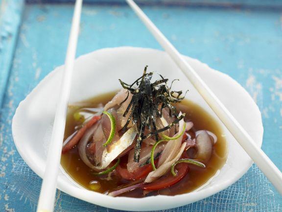 Fisch in Marinade mit Algenblättern
