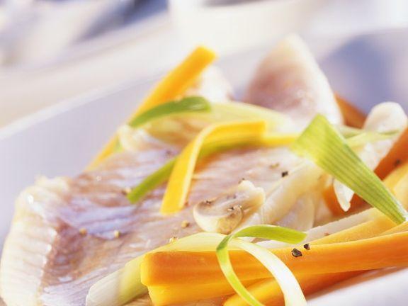 Fisch mit Gemüse in Folie gegart