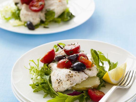 Fisch mit Rauke, Tomaten und Oliven