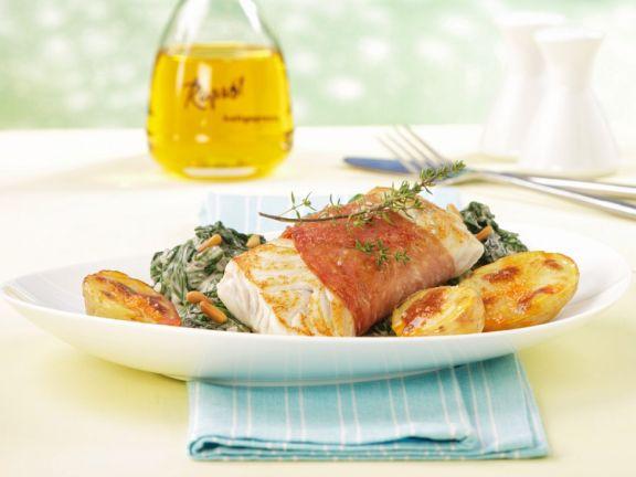 Fisch mit Speck umwickelt, Kartoffeln und Spinat