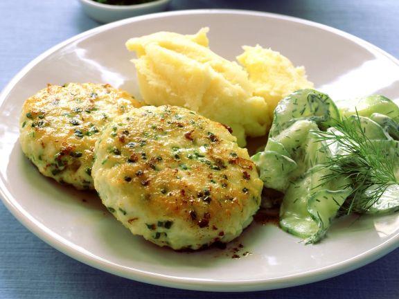 Fischbuletten mit Gurkensalat und Püree