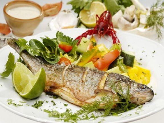 Zur Mittelmeerdiät gehört Fisch und viel frisches Gemüse © kropic