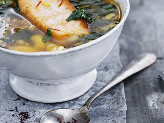 Fischsuppe mit gebratenem Lachs und Spinat