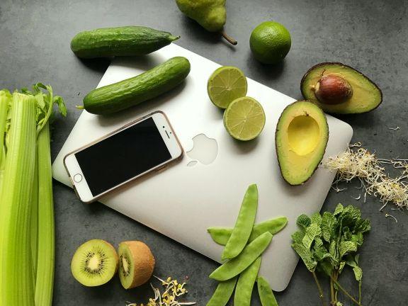 Detox Gemüse mit Smartphone