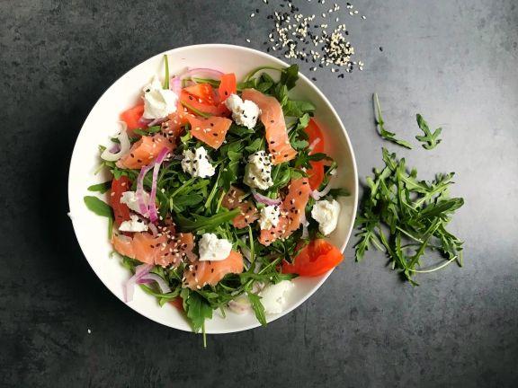 Fitness Salat mit Lachs, Tomaten und Ziegenfrischkäse